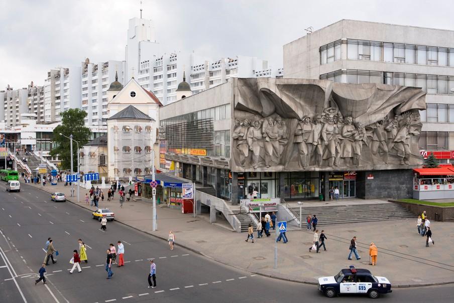 De SS Peter en Paul Kerk ligt verscholen achter een enorm communistisch beeldhouwwerk in het centrum van de Wit-Russische hoofdstad Minsk. Foto: Hick Hannes/Hollandse Hoogte