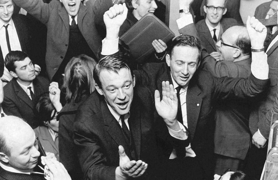 Een uitgelaten Hans van Mierlo viert de spectaculaire overwinning van D66 tijdens de Tweede Kamerverkiezingen op 15 februari 1967. Foto: Ben Hansen/ANP