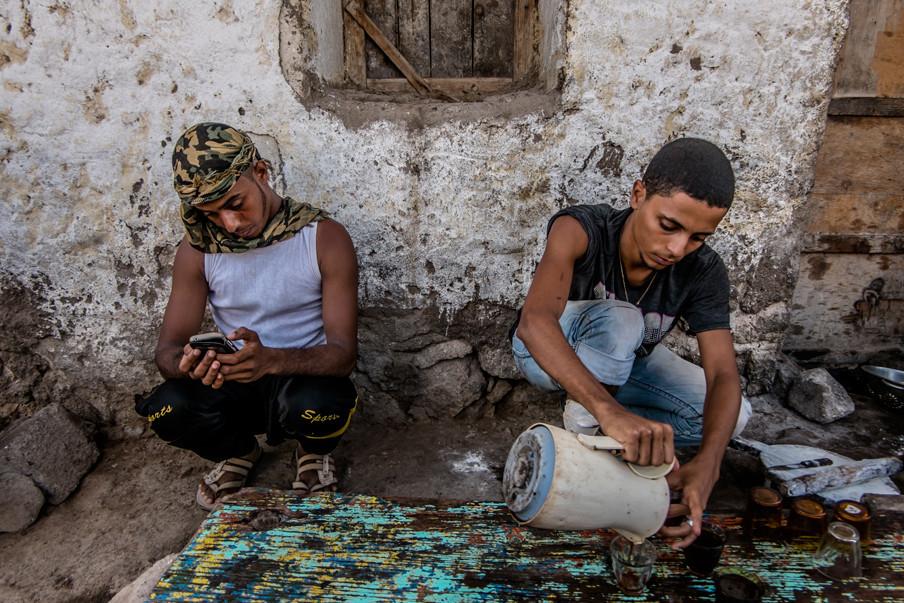 Kofran Hussin Mohammed (22) en Haiwan Ehab Makram (21) in het centrum van Obock. De jongens leerden Engels spreken door naar muziek van de rapper Eminem te luisteren. Foto: Andreas Stahl
