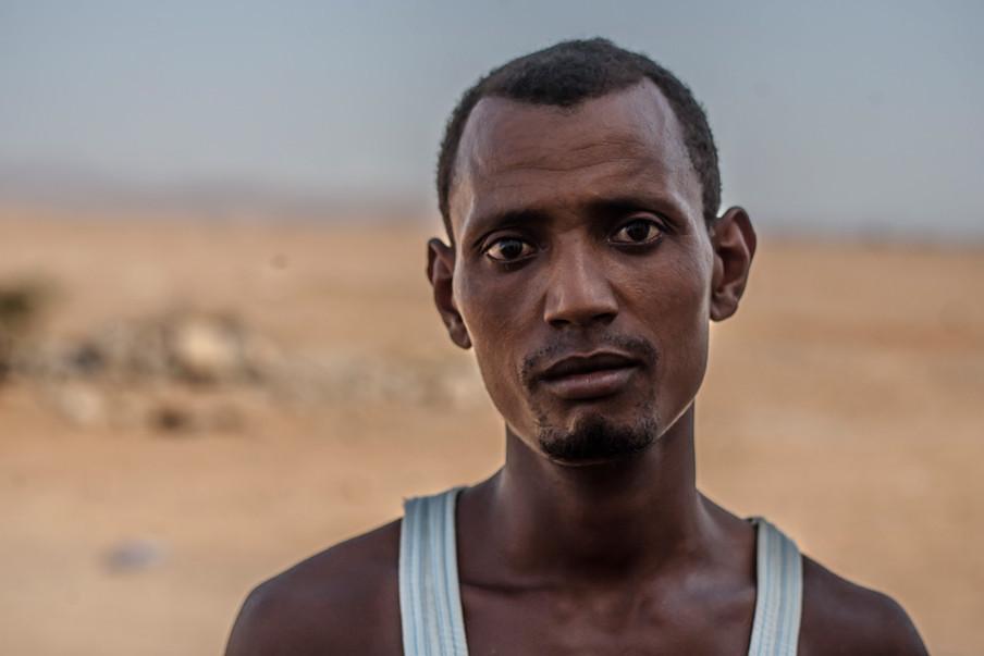 Hardloper Jaser voor het deportatiecentrum van het IOM. Pas na veel geduw en getrek lukte het hem om naar buiten te gaan om zijn verhaal te kunnen doen. Foto's: Andreas Stahl