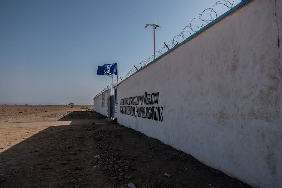 Het deportatiecentrum van het IOM in Obock. Achter de muren wachten Ethiopiërs hun terugkeer af. De lege kamers worden opgevuld door Jemenitische vluchtelingen. Foto's: Andreas Stahl