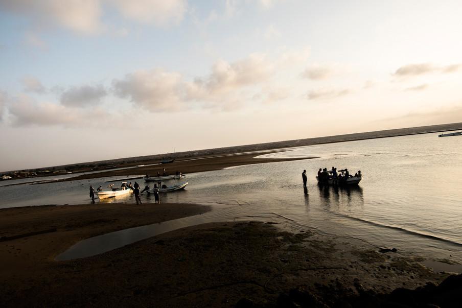 Vissers bereiden zich voor om de zee op te gaan. Foto's: Andreas Stahl