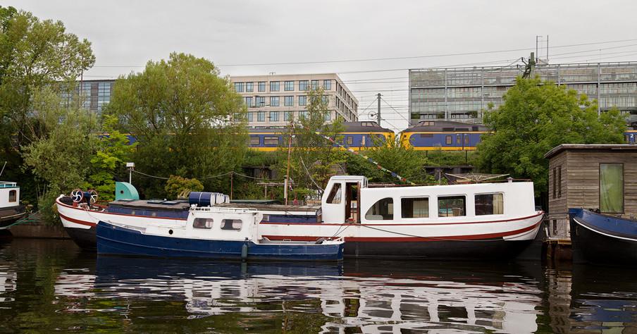 De woonboot van Hannes Mühleisen in de buurt van station Amsterdam Centraal. Foto: Rob Wetzer