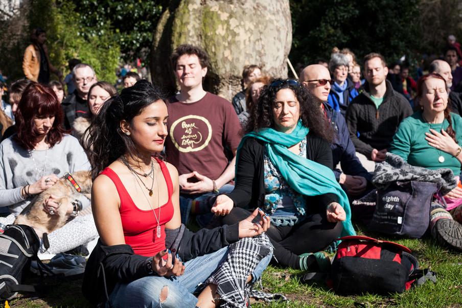 Voorafgaand aan de 'Time To Act' klimaatmars in Londen mediteren demonstranten in de ochtendzon. Foto: David Cliff / Hollandse Hoogte