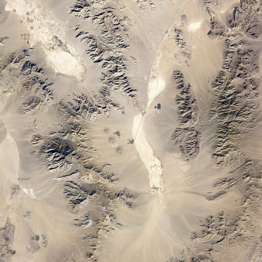 Satellietbeeld van Ivanpah (Californië, VS) gemaakt door de Operational Land Imager, een scanner gekoppeld aan LandSat 8 dat verschillende delen van het infraroodspectrum vastlegt en zo landgebruik op aarde in beeld brengt. Foto: NASA