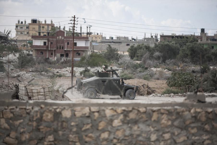 Het Egyptische leger bewaakt het in Noord-Sinaï het grensgebied met Gaza. Foto: Ali Hasan / Getty Images