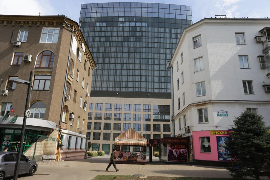 Het Poesjkinzakencomplex in de Oost-Oekraïense stad Donetsk. Gebouwd door oligarch Rinat Achmetov en vernoemd naar de Russische dichter Aleksandr Poesjkin. Foto: Aleksej Filippov