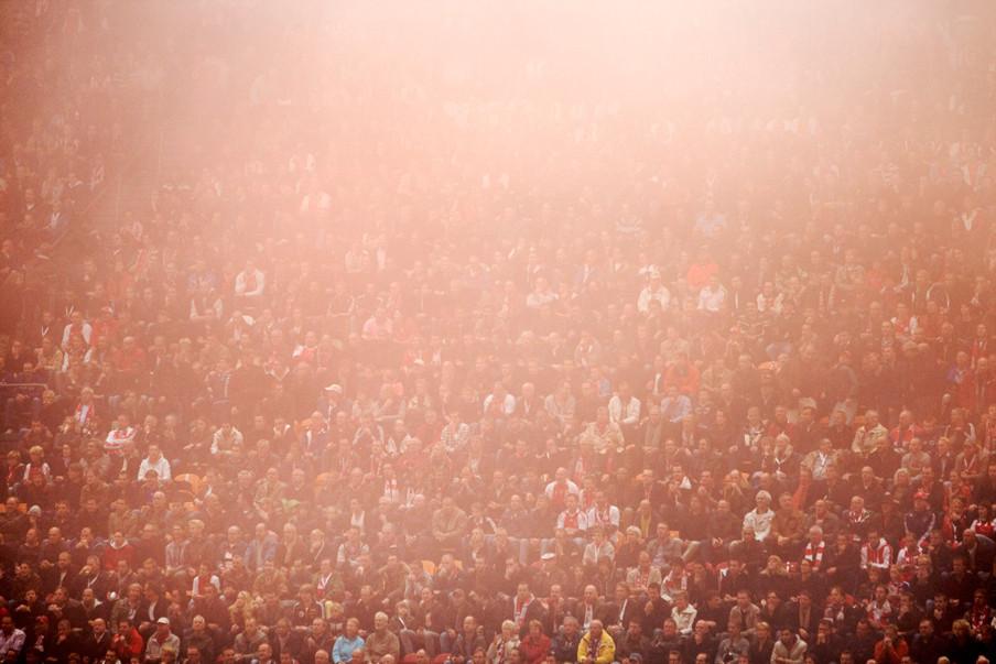 11 januari 2009: Ajax-fans in de mist gehuld in de Arena waar Ajax verliest van Feyenoord. Foto: Guus Dubbelman / Hollandse Hoogte