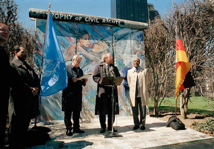 Een stukje Berlijnse Muur wordt in 2002 geschonken door Duitsland aan de Verenigde Naties. Foto: United Nations Photo