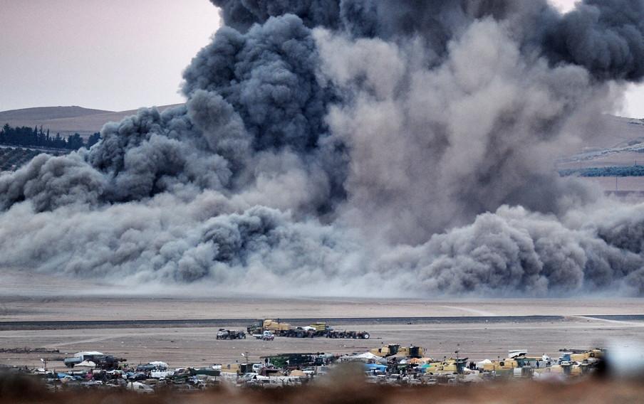 23 oktober 2014. Luchtaanvallen op de Syrische stad Kobani. Foto: Kutluhan Cucel / Getty Images