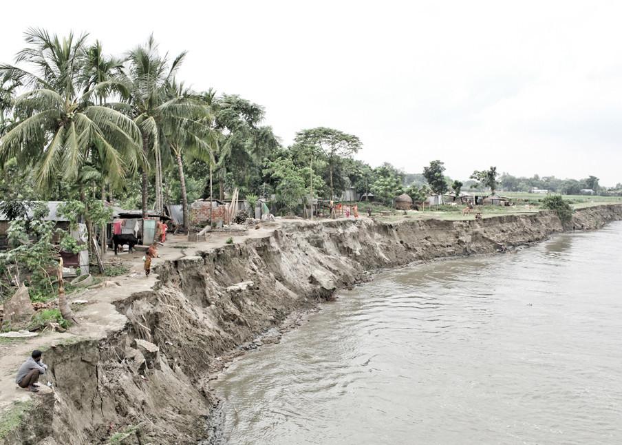 Het water van de Jamunarivier in Bangladesh neemt steeds meer land. Een deel van het dorp is al vertrokken naar elders. Foto: Mohammad Rakibul / Hollandse Hoogte