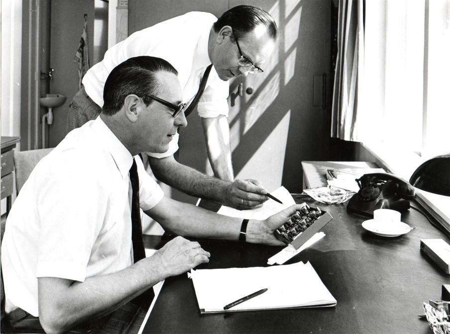 Prins en Admiraal bestuderen radarapparatuur. Foto: privéarchief