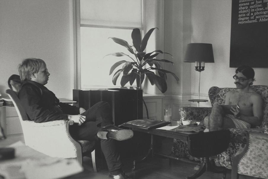 Foto van Joseph Kosuth, 'Titled (Art as Idea as Idea) The Word 'Definition', 1966-1968. Met links Joseph Kosuth en rechts Seth Siegelaub. Foto: MoMA