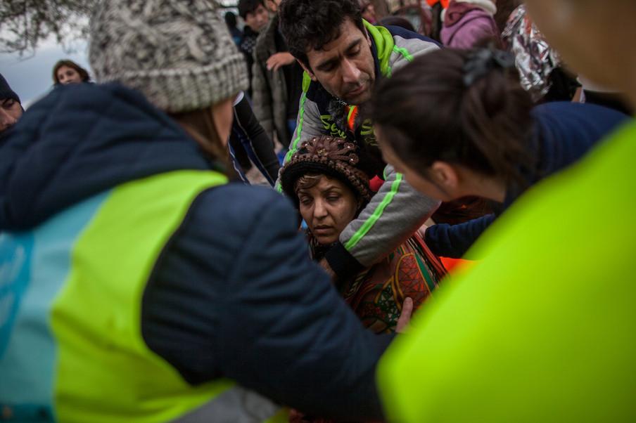 Vele vrijwilligers helpen vluchtelingen na hun aankomst op Skala Skamnias Lesbos (13 jan 2016) Foto: Hollandse Hoogte