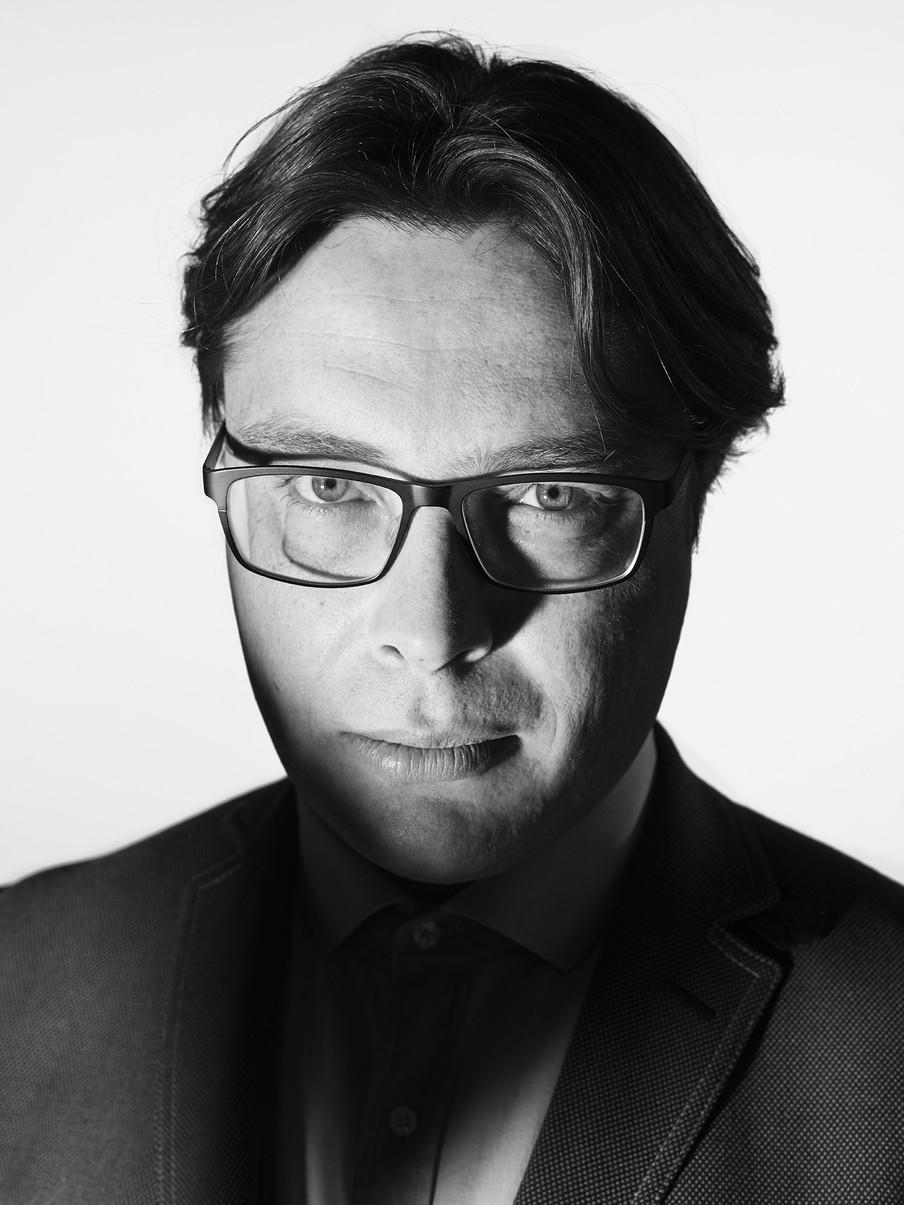 Acteur Vincent Linthorst speelt in de voorstelling 'Fit to fly' de psychiater Sander Vallinga