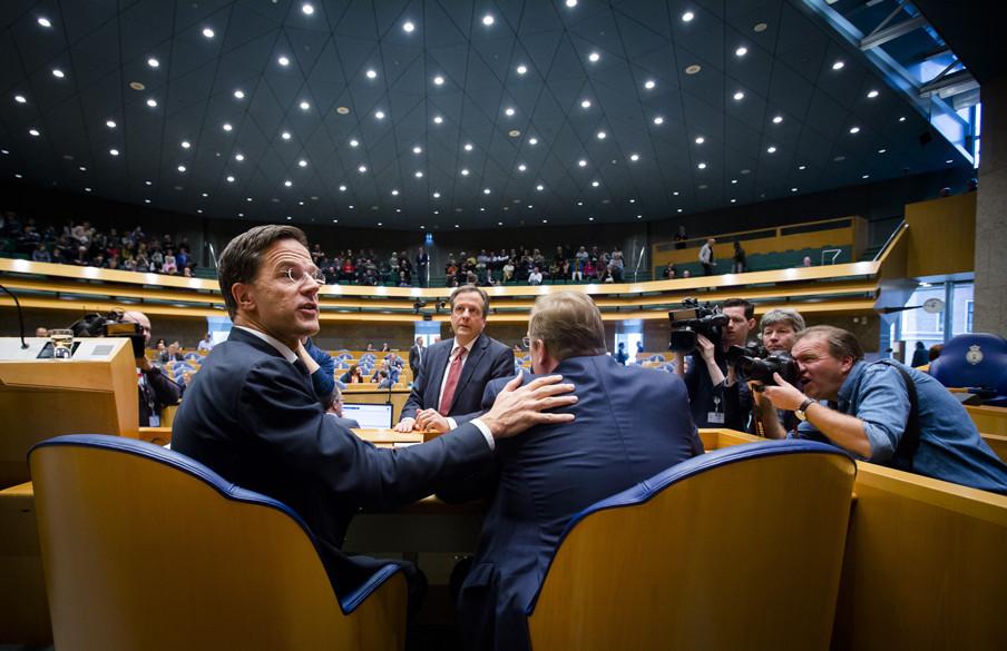 Premier Mark Rutte, Alexander Pechtold (D66) en Minister Ard van der Steur tijdens een schorsing van het debat over de aanslagen in Brussel. Foto: Bart Maat/ANP