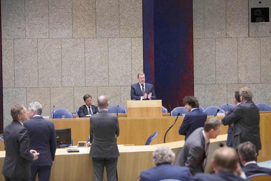 Minister Ard van der Steur aan het woord tijdens het debat over de aanslagen in België. Achter de interruptiemicrofoon: Buma (CDA), Bontes, Gert-Jan Segers (ChristenUnie), Klaver (GroenLinks), Roemer (SP) en Krol van 50Plus. Foto: Werry Crone/Hollandse Hoogte