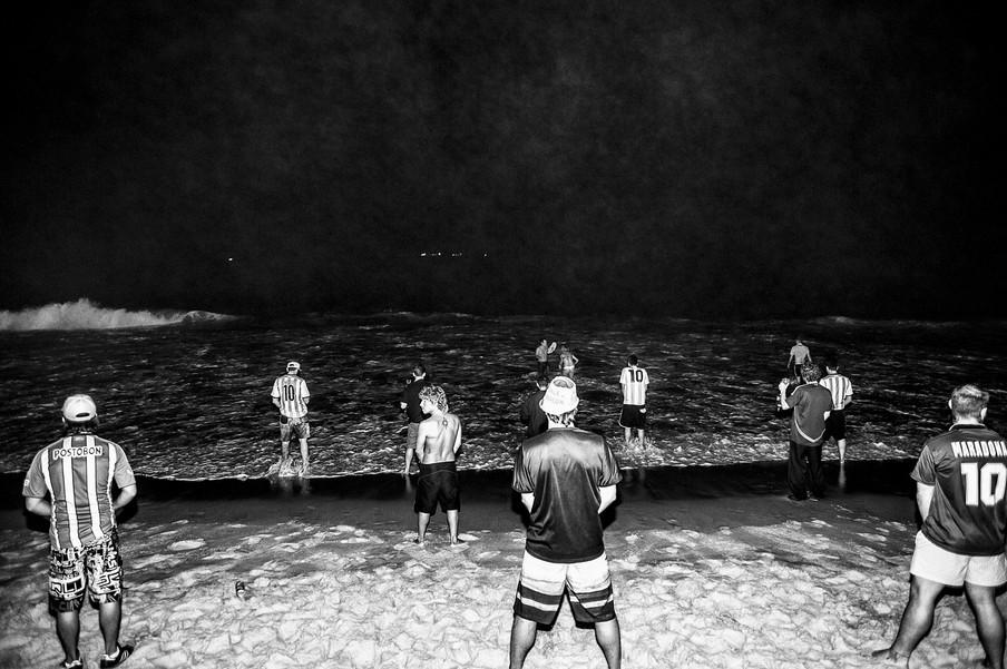 Argentijnen plassen in zee tijdens de finale tegen Duitsland. Ruim 10.000 Argentijnen verbleven in Rio de Janeiro tijdens de World Cup 2014.