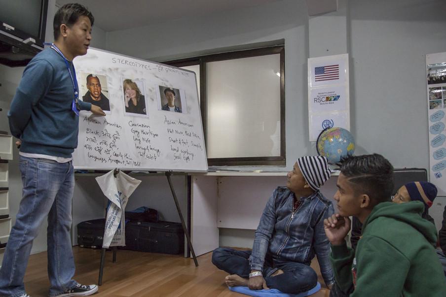 Voor vertrek leren de vluchtelingen allerlei praktische zaken over hun land van aankomst.