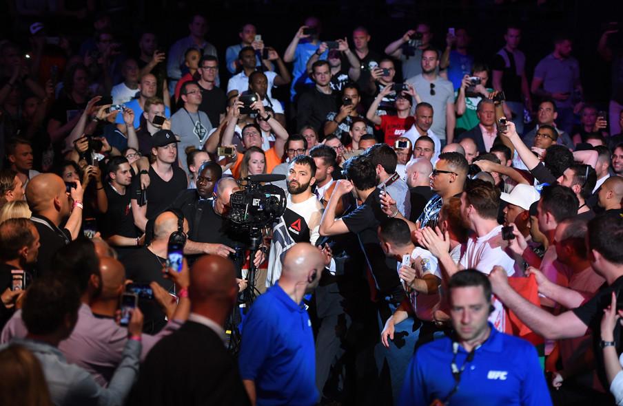Andrei Arlovski bereid zich voor om de octagon te betreden, voor het gevecht met Alistair Overeem in Rotterdam op 8 mei, 2016 in Rotterdam. Foto: Josh Hedges / Zuffa LLC via Getty Images