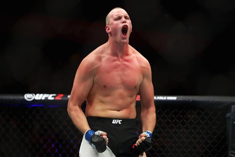 Stefan Struve viert zijn overwinning van Antonio 'Bigfoot' Silva tijdens de UFC Fight Night 87 in Rotterdam op 8 mei 2016. Foto: Dean Mouhtaropoulos / Getty Images
