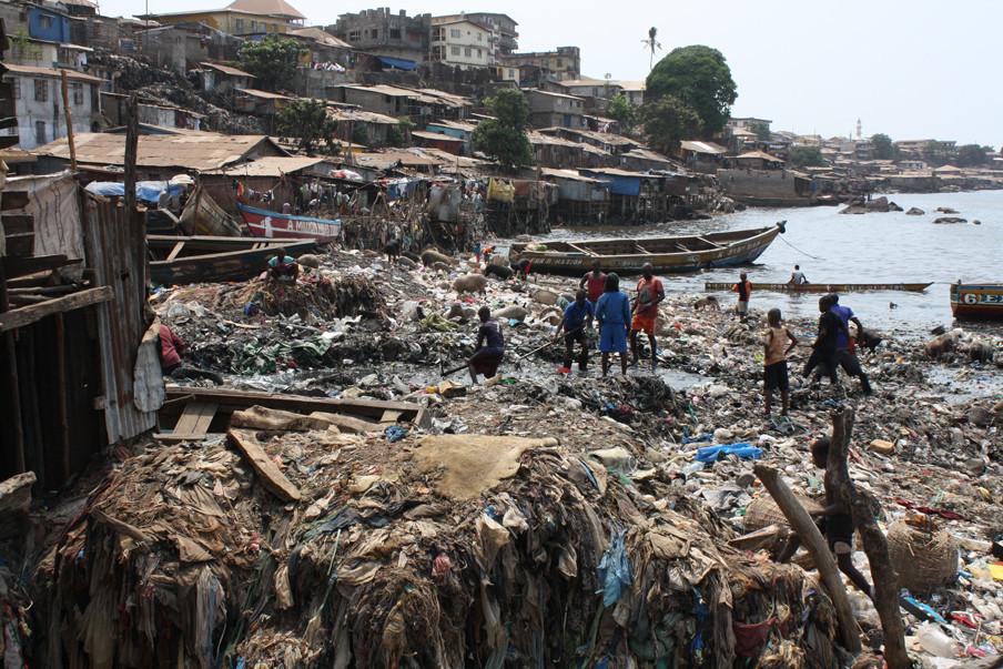 De sloppenwijk Moa Wharf ligt in het oosten van Freetown. Een overbevolkte plek waar de laatste ebolagevallen zijn geweest. Foto: Laurence Ivil