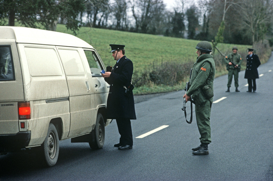 Grenscontrole tussen Ierland en Noord-Ierland ten tijde van The Troubles in 1985. Foto: Alain Le Garsmeur / Getty