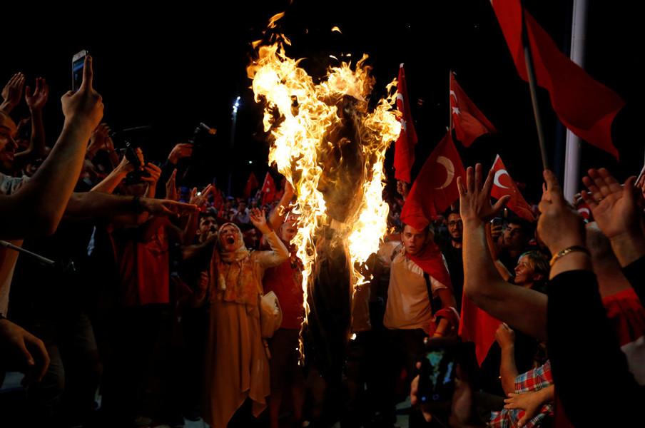 Demonstranten verbranden een pop van de islamitische leider Fethullah Gülen tijdens een demonstratie op het Taksimplein in Istanbul op 18 juli 2016. Foto: Ozan Kose / AFP