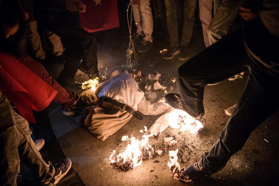 Demonstranten verbranden een pop van de islamitische leider Fethullah Gülen tijdens een demonstratie op Taksimplein in Istanbul op 18 juli 2016. Foto: Ozan Kose / AFP