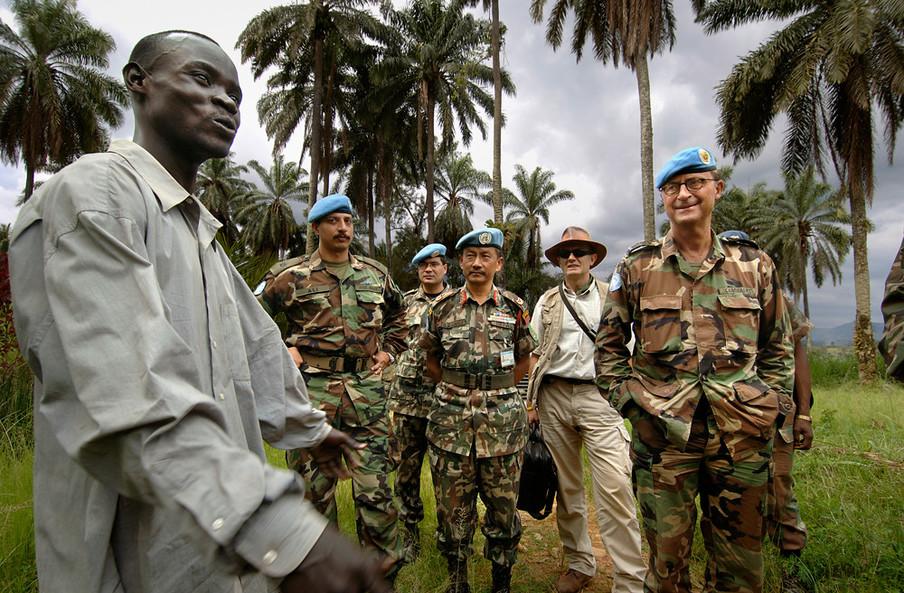 Patrick Cammaert praat met bewoners van een dorp in Congo naar aanleiding van recente aanslagen door rebellen. Foto: Panos Pictures