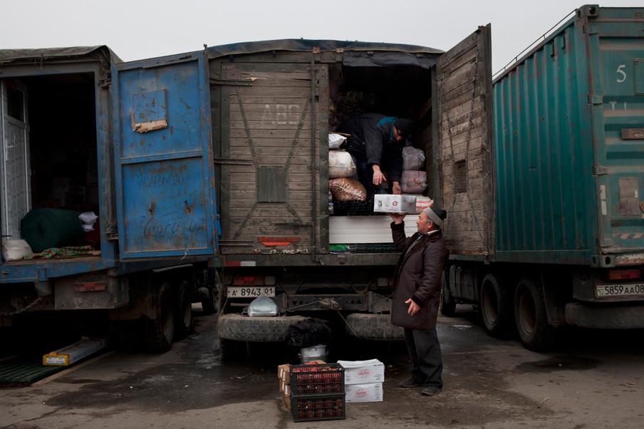 Op het Dushanbe-vrachtwagenstation in Tadzjikistan aan de M41, de belangrijkste hub voor kooplui uit Tadzjikistan. Foto: Myrto Papadopoulos / Redux