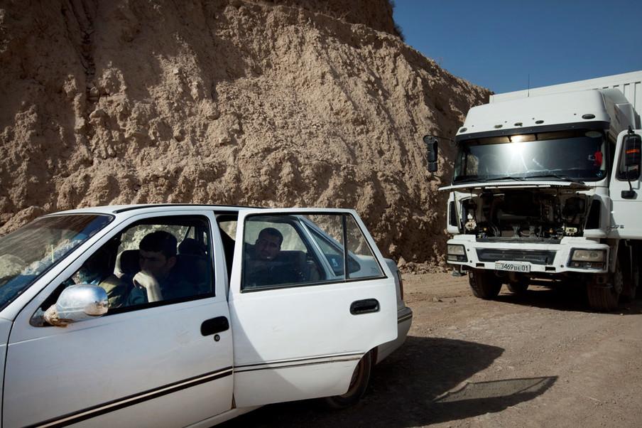 Auto's wachten tot de weg wordt heropend door constructiewerkers. Foto: Myrto Papadopoulos / Redux