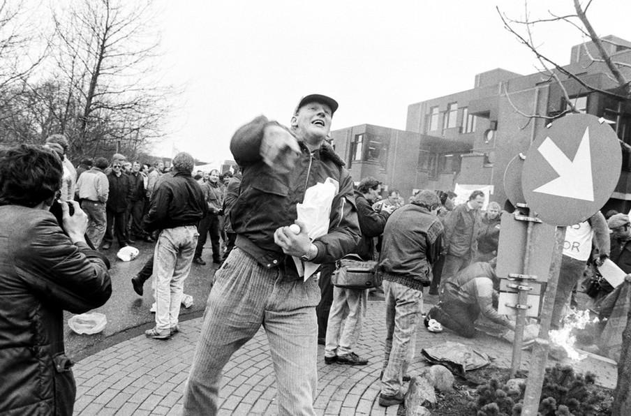 Boerenopstand bij het bureau Heffingen van het Ministerie van Landbouw. Boeren demonstreren tegen het landbouwbeleid en mestbeleid van het kabinet Lubbers II. Foto: Bert Verhoef / Hollandse Hoogte