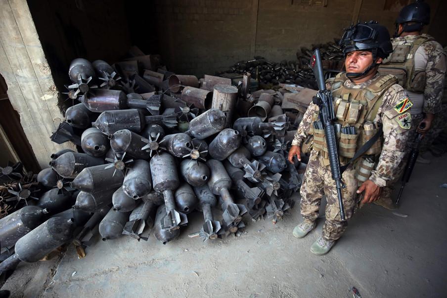 4 september 2016: Iraakse soldaten bij verzamelde wapens in de op IS heroverde stad Fallujah. Foto's: Ahmad Al-Rubaye / AFP