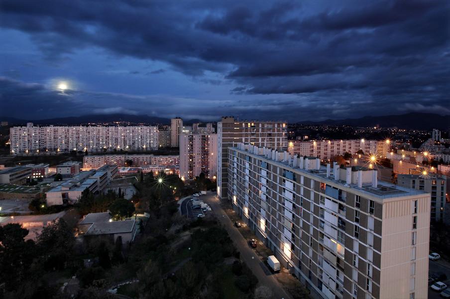 Les Egelantiers, een van de de vele socialehuurwoningcomplexen in het dertiende arrondissement van Marseille. Deze flats zijn rond 1970 gebouwd om immigranten en mensen met een lager inkomen te huisvesten. Foto: Bharat Choudhary