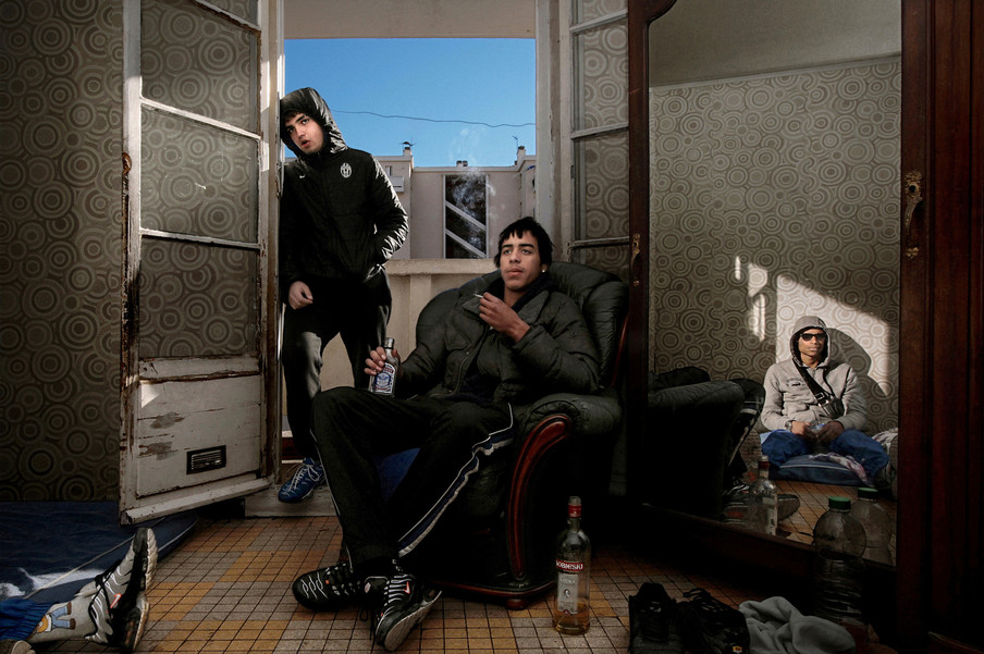 Jongemannen kijken een voetbalwedstrijd in een gekraakt pand in een buitenwijk van Marseille. Veel van deze panden zijn bewoond door jongeren die ver onder de armoedegrens leven. Hierdoor zijn ze makkelijk te werven door drugsdealers die geld, alcohol, drugs en televisies bieden. Foto: Bharat Choudhary