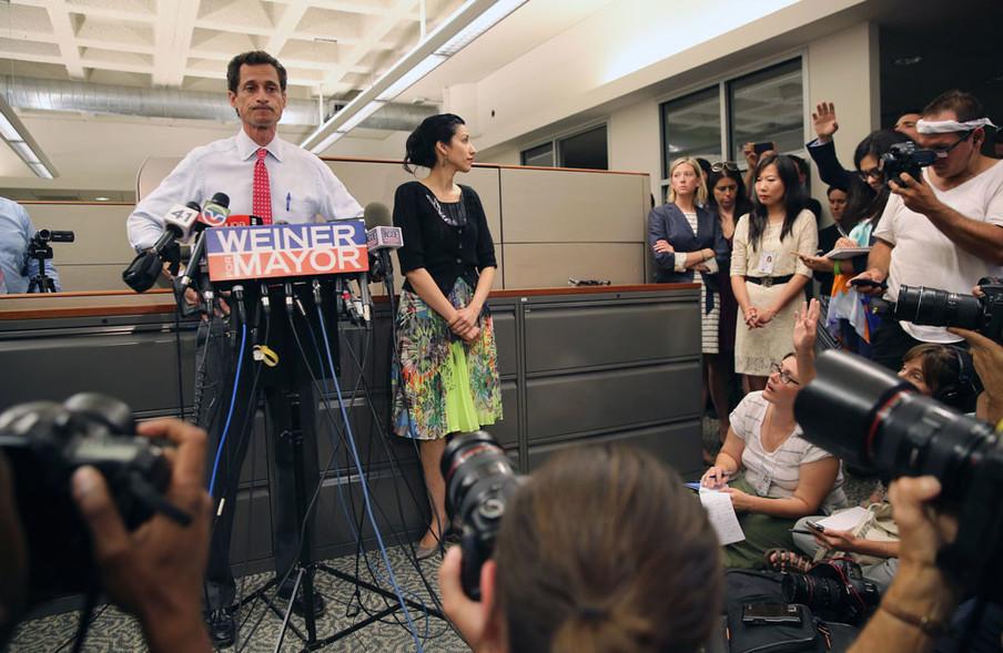Anthony Weiner en zijn vrouw Huma Abedin tijdens een persconferentie op 23 juli 2013 in New York. Foto: John Moore / Getty Images