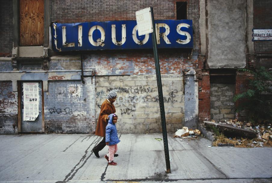 Clara Hale (1905 - 1992), ook wel Mother Hale genoemd, loopt met een kind over de straten van Harlem, New York City, 1986. Foto: Michael Brennan / Getty Images