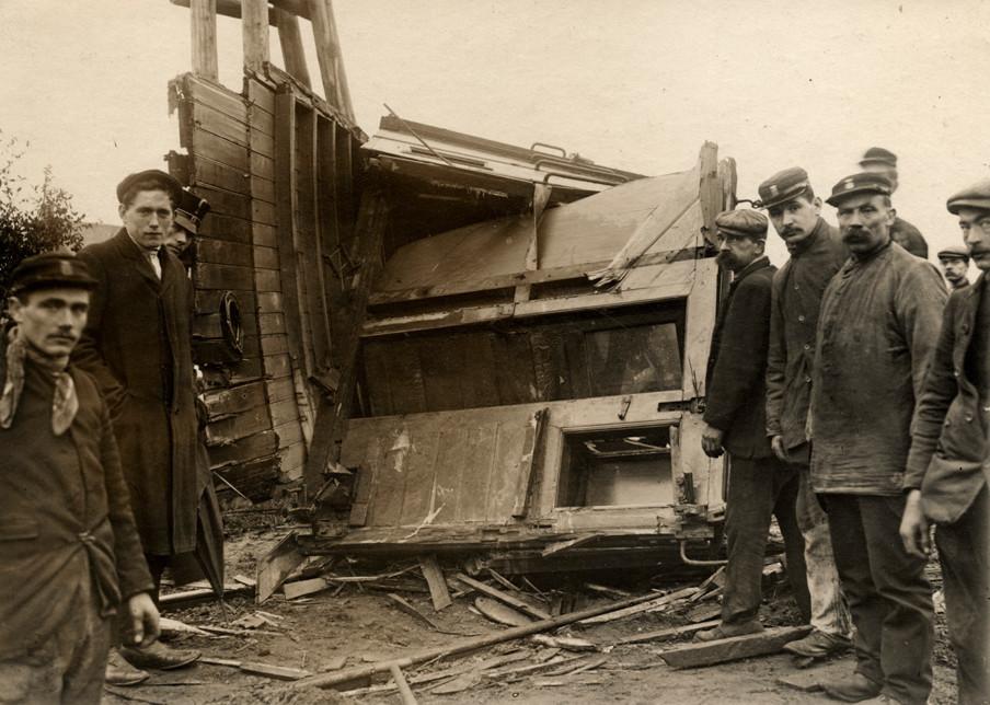 Een spoorwegongeluk bij Breda in 1910. Treinpersoneel en omstanders bij het vernielde remmershuisje van de wagon. Foto: Spaarnestad Photo / HH