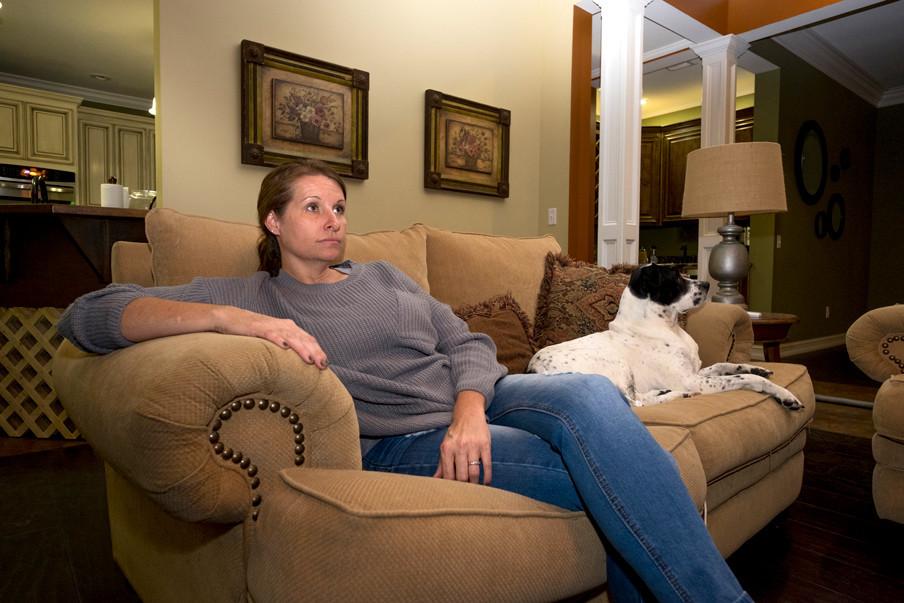 Clarissa Lerey kijkt naar politiek op televisie. Foto: Eline van Nes