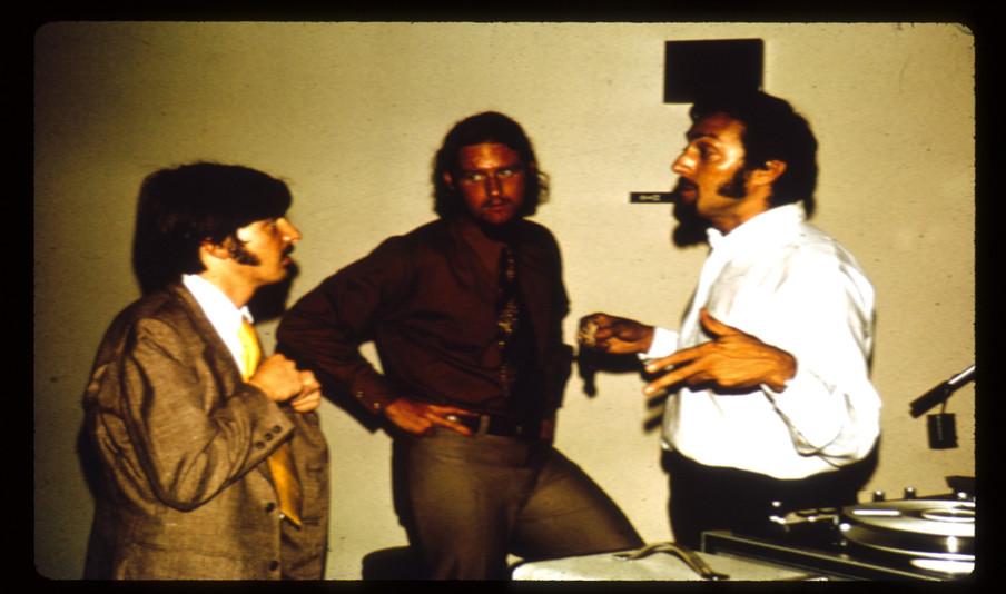 Philip Zimbardo (rechts) tijdens het experiment. Beeld: PrisonExp.org