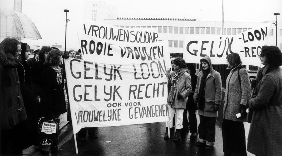 Rooie Vrouwen demonstreren op Internationale Vrouwendag voor gelijke rechten en lonen bij de gevangenis Bijlmerbajes in Amsterdam op 8 maart 1978. Foto: Ton Schutz / ANP