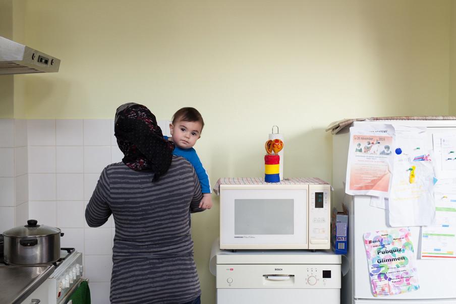 Moeder Huda met Jamaan in haar armen in hun huis in Glimmen. Foto: Tryntsje Nauta