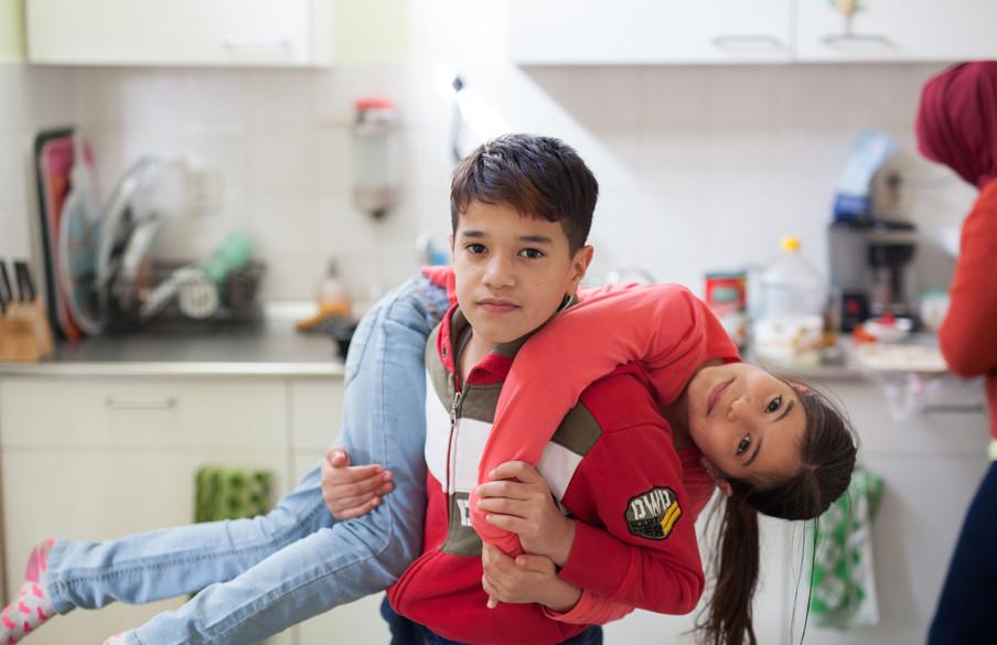 Wesal en Tamim stoeien in de keuken. Foto: Tryntsje Nauta