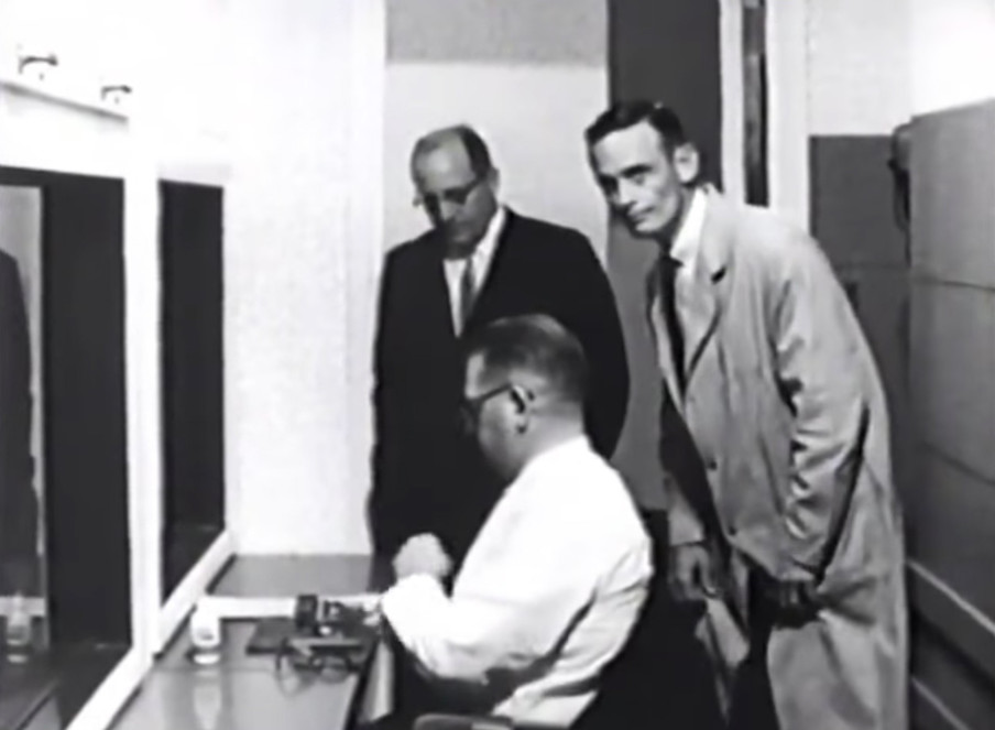 Still uit de film van Stanley Milgram.