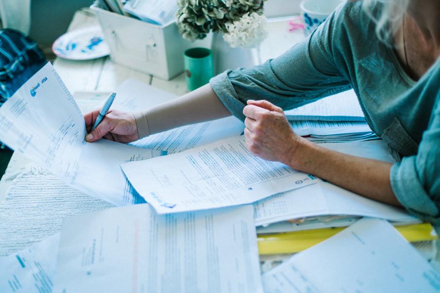 Ditte in de serie 'Schuldig' is bezig met haar administratie. Foto: Jean Counet