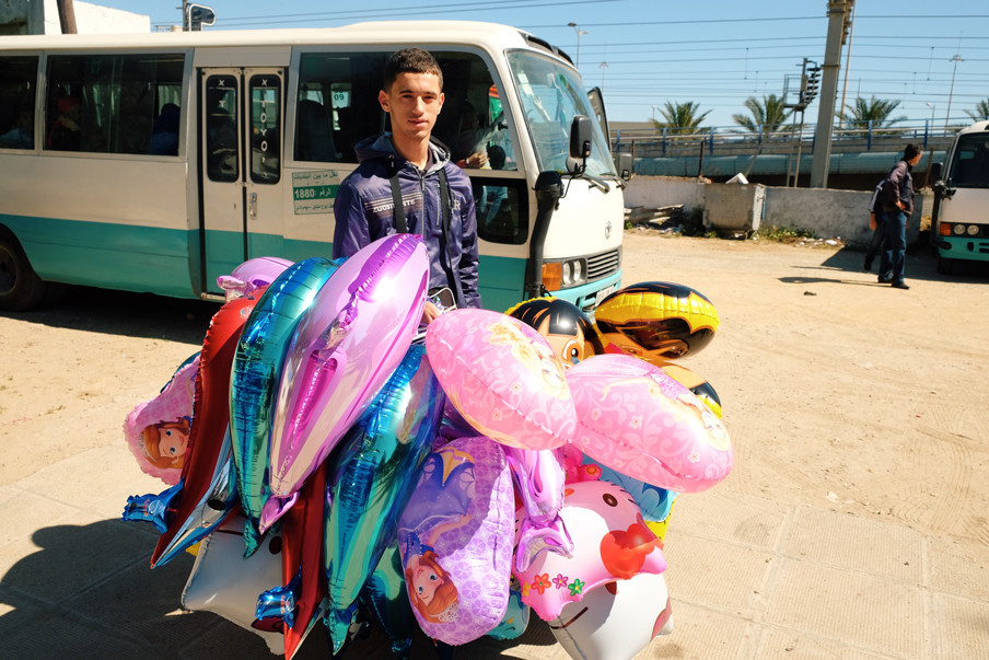 Een ballonverkoper in de Algerijnse stad Algiers
