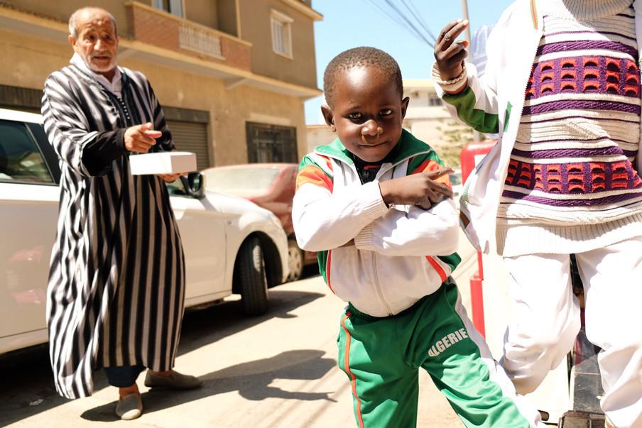 Twee kleine vluchtelingen uit Mali bedelen op straat in Algiers