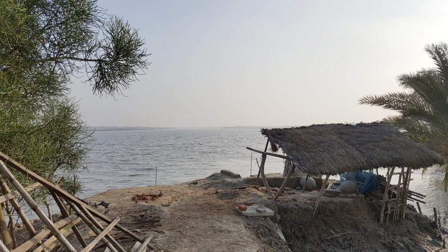 Oeverafkalving in Chandghar, een dorpje in een polder ten zuiden van Dhaka. Het Blue Gold-project helpt de boeren mee om hun dijken te versterken.