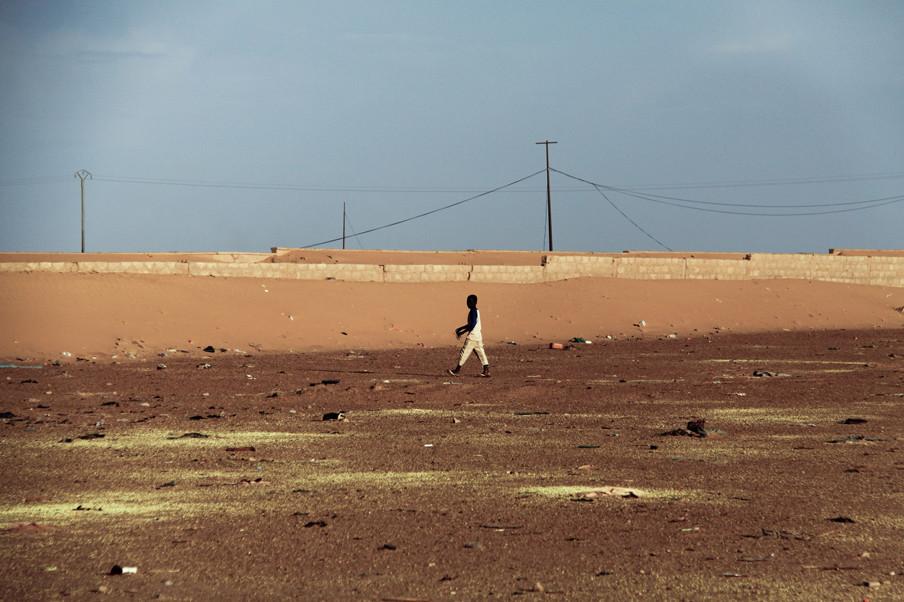 Zwavelkorrels langs de weg in Arlit. Foto's: Lucas Destrijcker